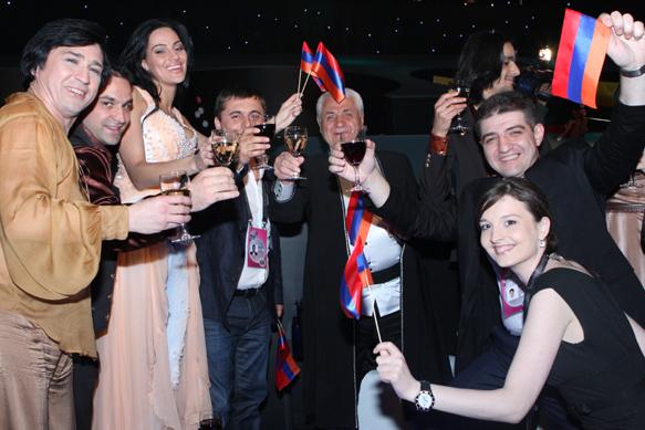 Eva Rivas backstage with Jivan Gasparyan and friends a the second Eurovision semi-final. /  © Indrek Galetin (EBU)