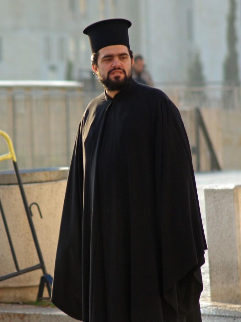 Похотливый священник одетый в синию мантию 4 фотография
